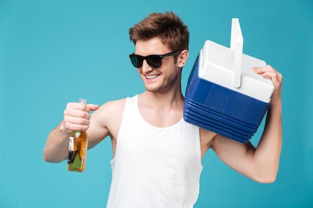 Vrolijke man bier drinken. opzij kijken. Gratis Foto