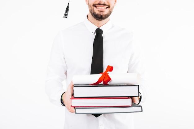 Vrolijke man met diploma en boeken Gratis Foto