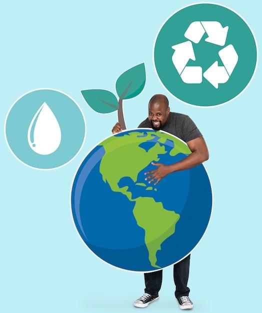 Vrolijke man met symbolen voor het behoud van het milieu Gratis Foto
