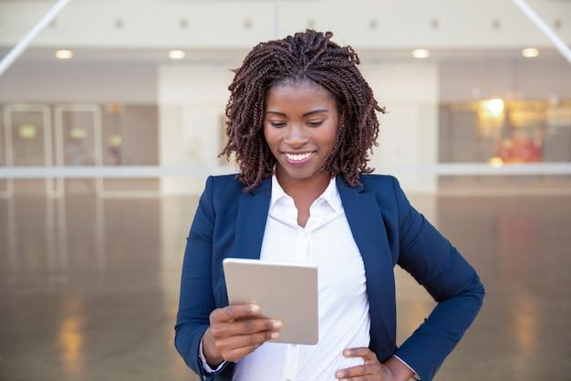 Vrolijke manager met tablet die goed nieuws krijgt Gratis Foto