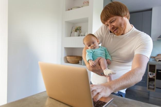 Vrolijke nieuwe papa die thuis met baby blijft Gratis Foto