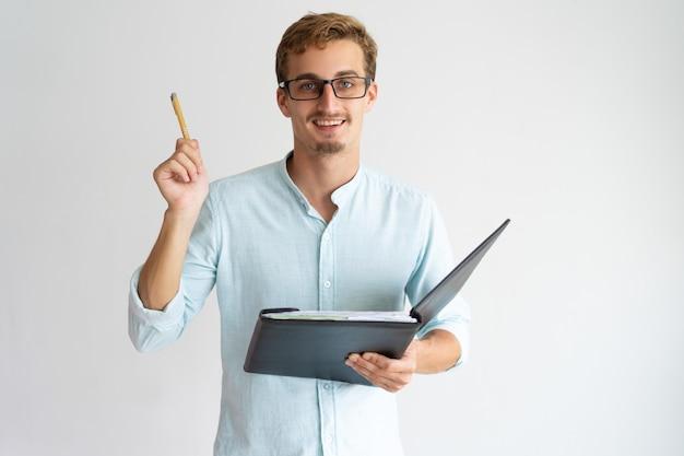 Vrolijke ondernemende financiële adviseur met baard die pen opheffen terwijl het hebben van idee Gratis Foto