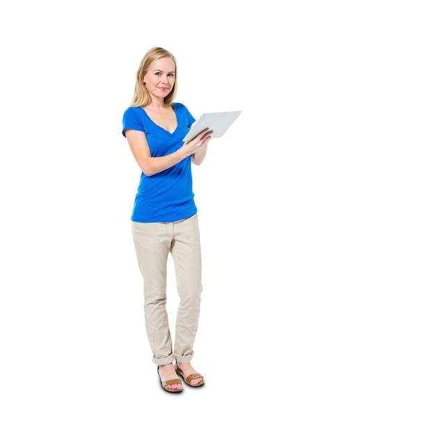 Vrolijke toevallige vrouw die digitale tablet houdt Gratis Foto