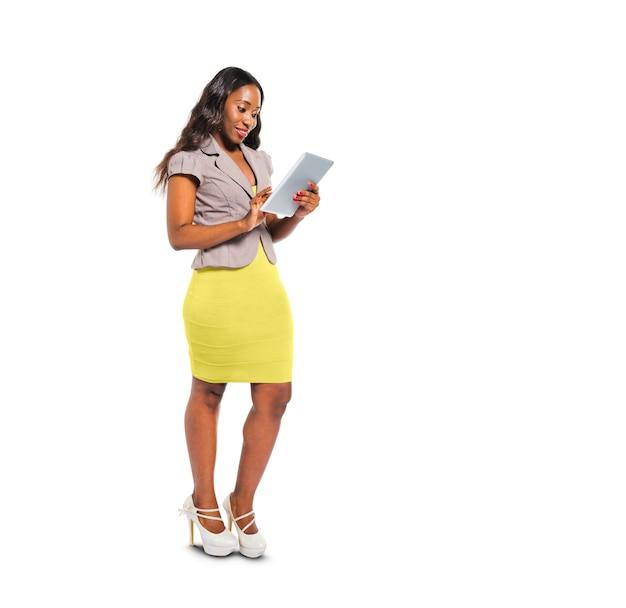 Vrolijke toevallige vrouw met behulp van digitale tablet Gratis Foto
