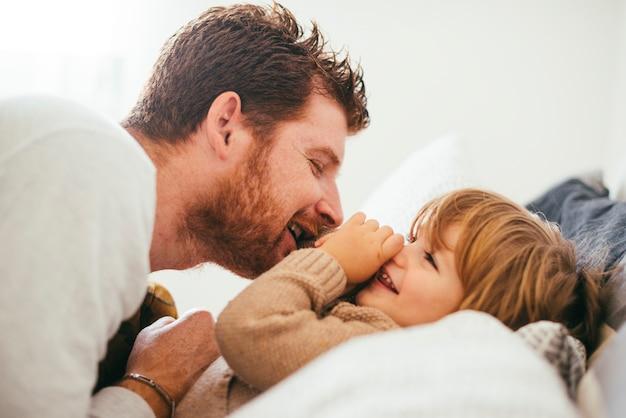 Vrolijke vader spelen met peuter Gratis Foto