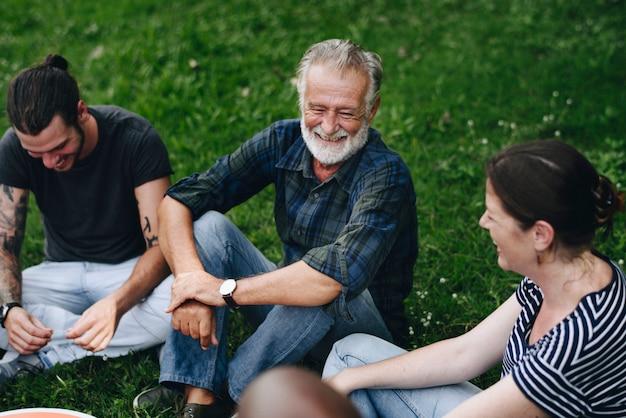 Vrolijke vrienden die een gesprek in het park hebben Premium Foto