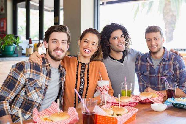 Vrolijke vrienden zitten in restaurant Premium Foto
