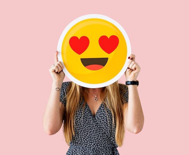 Vrolijke vrouw met emoticon pictogram Gratis Foto