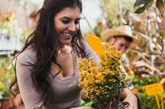 Vrolijke vrouw met gele bloemen Gratis Foto