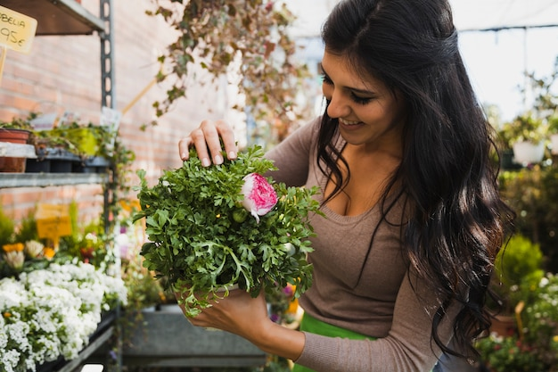 Vrolijke vrouw met ingemaakte bloem Gratis Foto