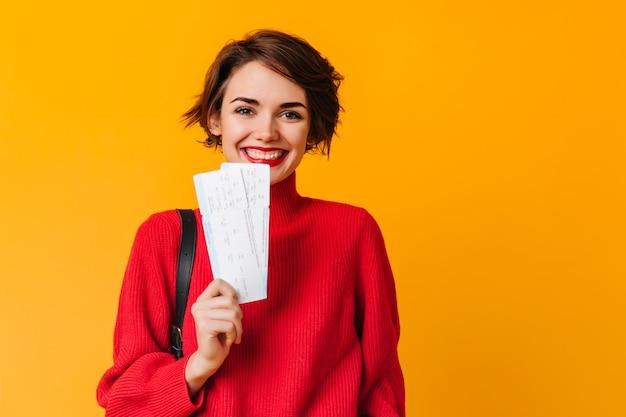 Vrolijke vrouw met kort haar met kaartjes Gratis Foto