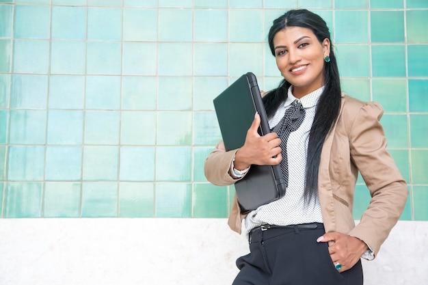 Vrolijke vrouwelijke intern klaar voor werk Gratis Foto