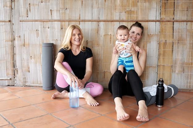 Vrolijke vrouwen na yogapraktijk Gratis Foto