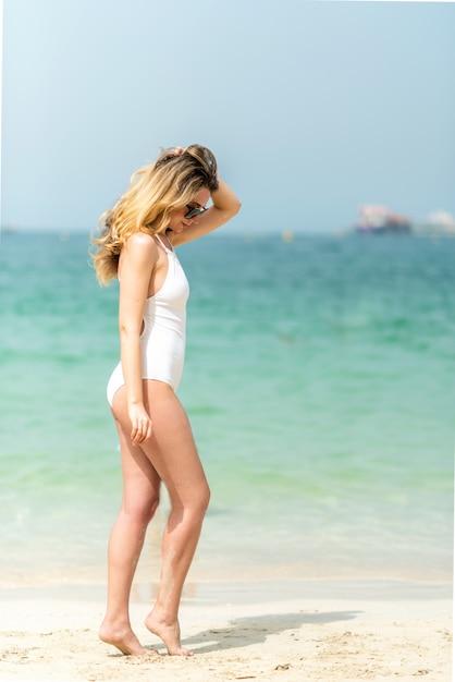 Vrouw aan het strand van dubai Premium Foto
