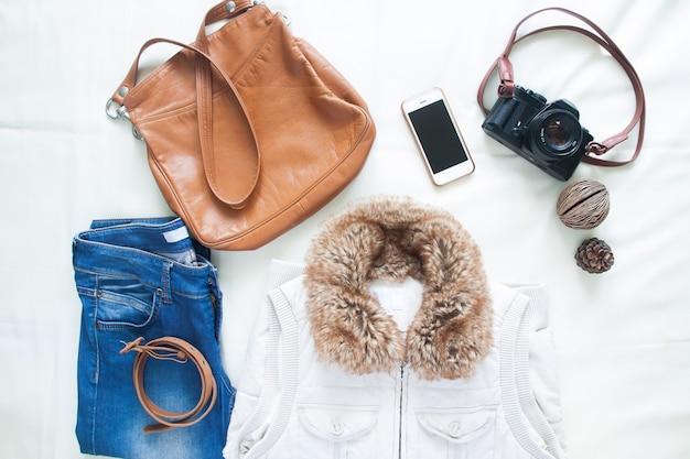Vrouw accessoires en voorwerpen voor de lente reis, flat lay, bovenaanzicht Gratis Foto
