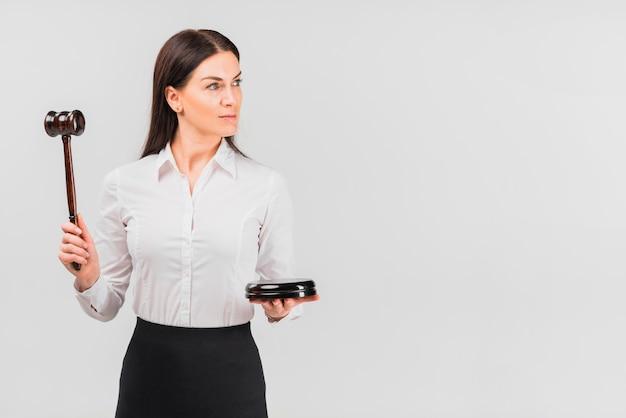 Vrouw advocaat bedrijf hamer in de hand Gratis Foto