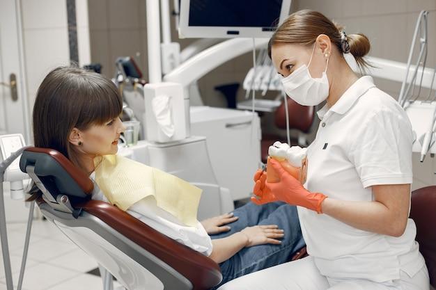 Vrouw als tandartsstoel. tandarts leert goede zorg. schoonheid behandelt haar tanden Gratis Foto