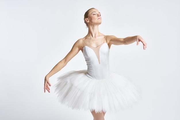 Vrouw ballerina dansen in tutu en pointe-schoenen Premium Foto