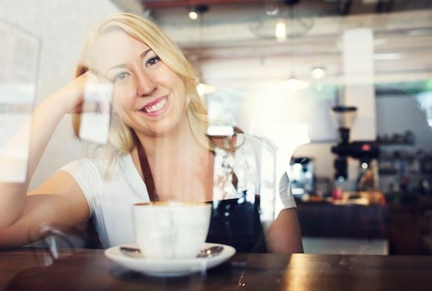 Vrouw barman koffie winkel concept Premium Foto