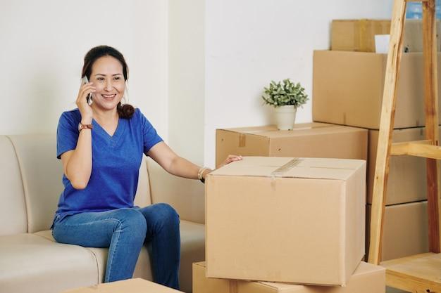 Vrouw belt naar verhuisbedrijf Premium Foto