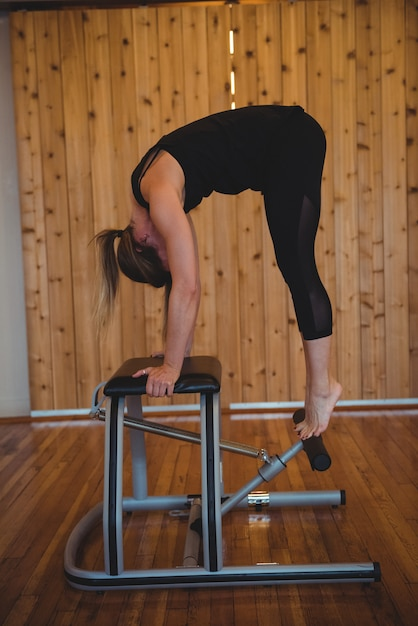 Vrouw beoefenen van pilates in fitness-studio Gratis Foto