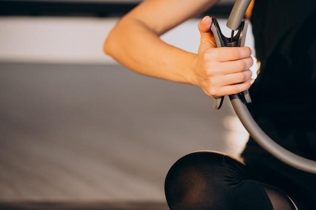 Vrouw beoefenen van yoga en pilates Gratis Foto