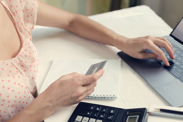 Vrouw betaalt online voor aankopen per creditcard Premium Foto