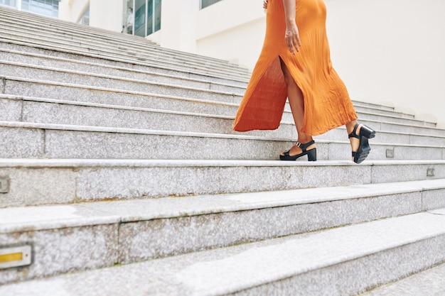 Vrouw beweegt de trap op Premium Foto