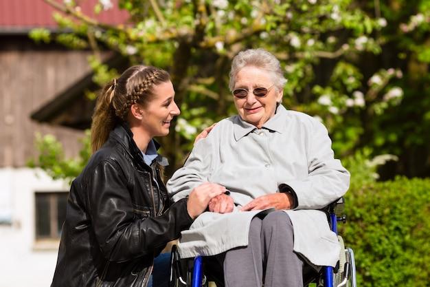 Vrouw bezoekende grootmoeder in verpleeghuis Premium Foto