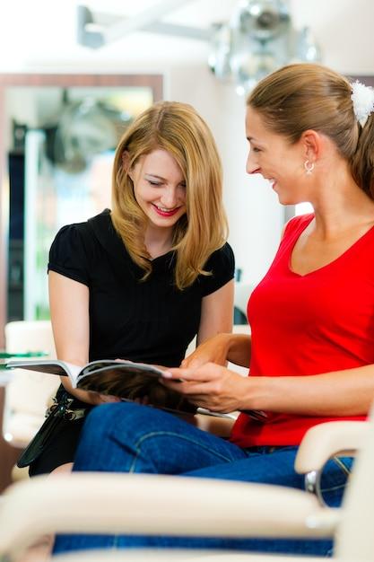 Vrouw bij de kapper advies krijgen Premium Foto