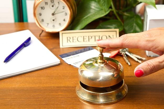 Vrouw bij de receptie van een hotel dat incheckt Premium Foto
