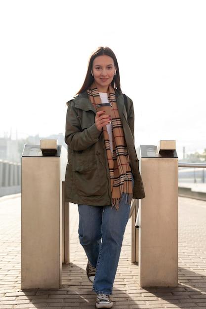 Vrouw bij het afstandsschot van de tourniquets Premium Foto