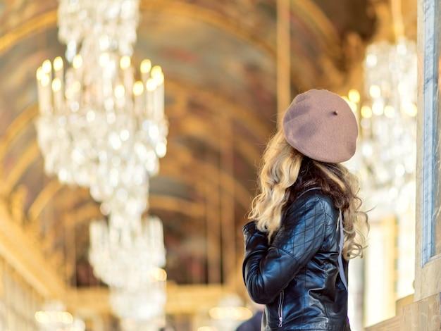 Vrouw bij het paleis van versailles in frankrijk Premium Foto