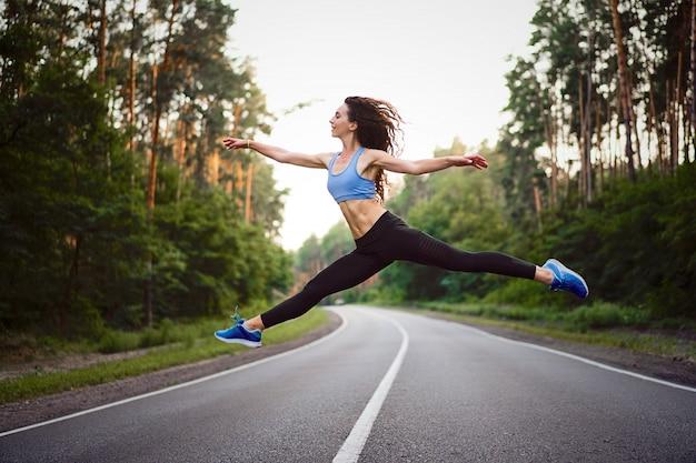 Vrouw buiten springen Premium Foto