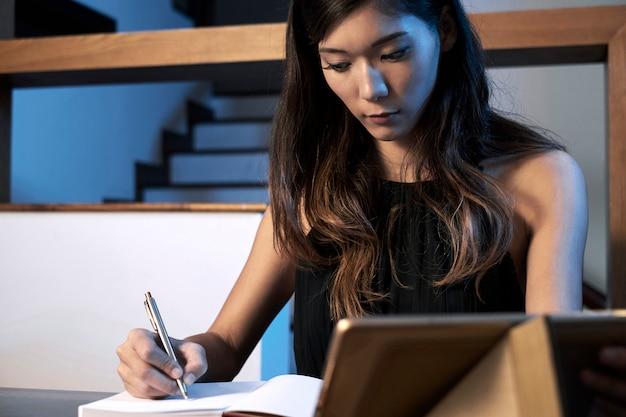 Vrouw concentreerde zich op huiswerk Gratis Foto