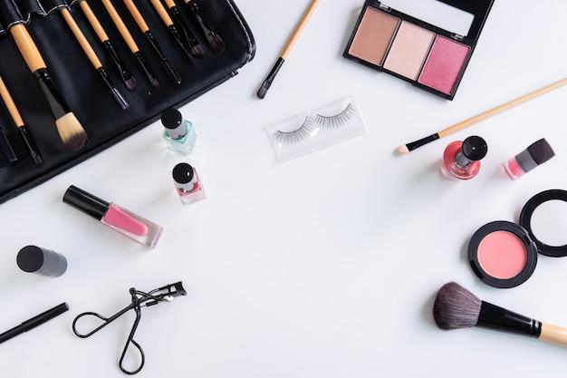 Vrouw cosmetica, penseel en make-up op witte achtergrond Premium Foto