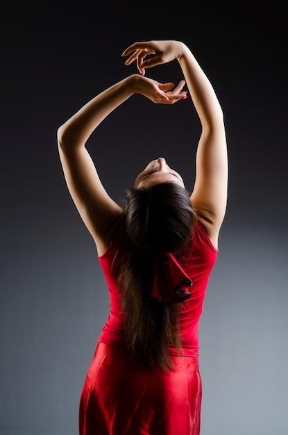 Vrouw dansen dansen in rode jurk Premium Foto
