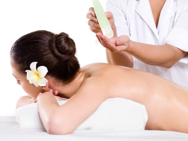 Vrouw deinende ontspannende massage in de schoonheidssalon met aromatische oliën Gratis Foto