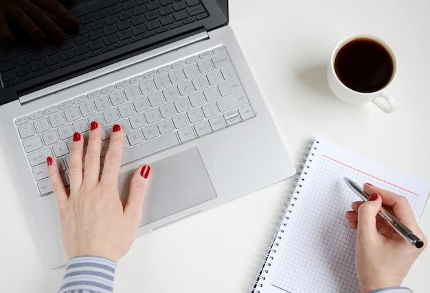 Vrouw die aan laptop in bureau werkt Premium Foto