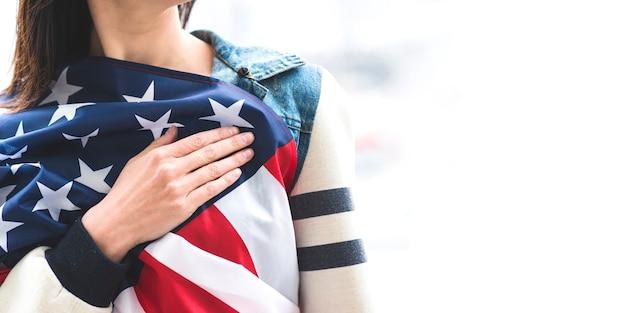 Vrouw die aan volkslied van verenigde staten luistert Gratis Foto