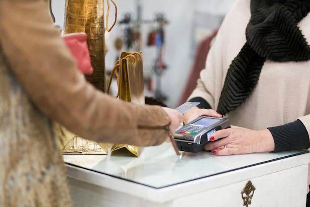 Vrouw die aankoop met creditcard maakt Gratis Foto