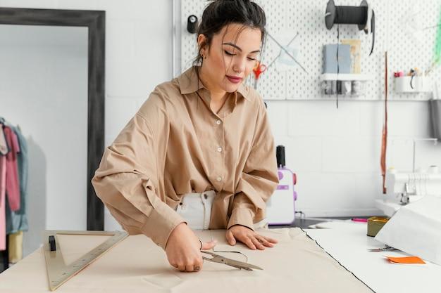 Vrouw die alleen in haar atelier werkt Premium Foto