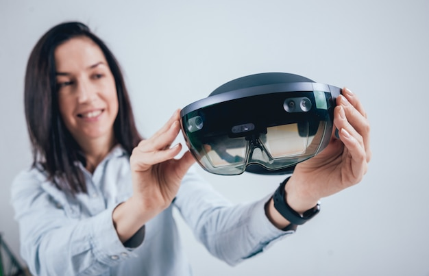 Vrouw die augmented reality-bril draagt. Premium Foto
