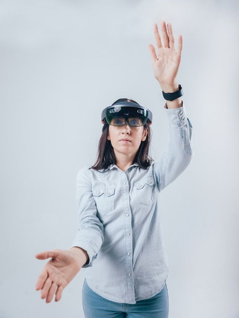 Vrouw die augmented reality-bril draagt. Premium Foto