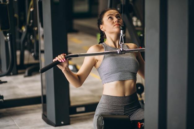 Vrouw die bij de gymnastiek alleen uitoefent Gratis Foto