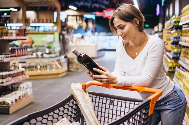 Vrouw die bij de supermarkt winkelt Gratis Foto