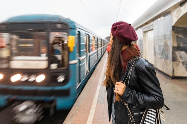 Vrouw die bij metro post in moskou wacht Premium Foto