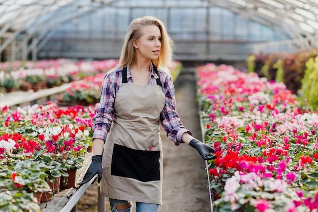 Vrouw die bloemen behandelt Gratis Foto