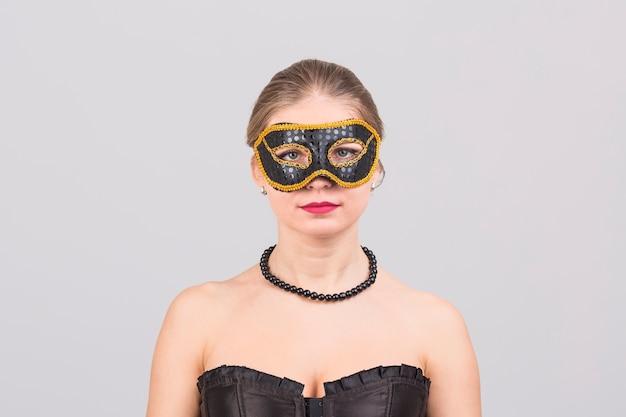 Vrouw die carnaval-masker draagt Gratis Foto