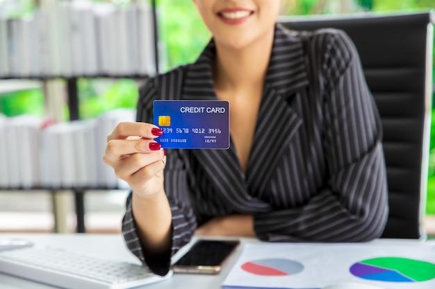 Vrouw die creditcard gebruikt om de rekening te betalen. Premium Foto